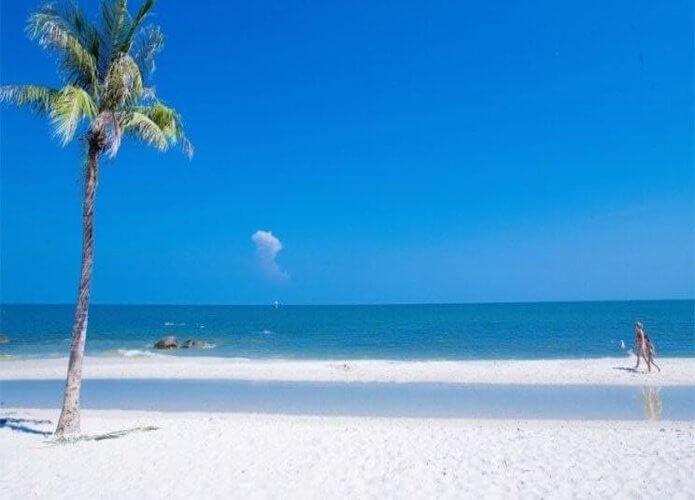 Hua Hin Beach, Hua Hin. Source : licdn.com